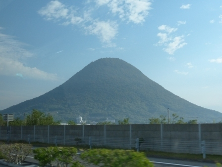バス車窓風景 2 讃岐富士 (飯野山)