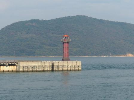 フェリー船上からの風景 1 赤灯台