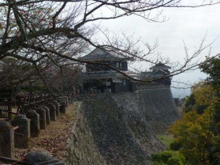 屏風折の石垣、馬具櫓、奥は太鼓櫓