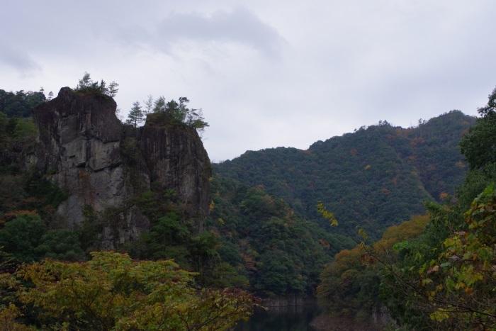 そびえる岩壁