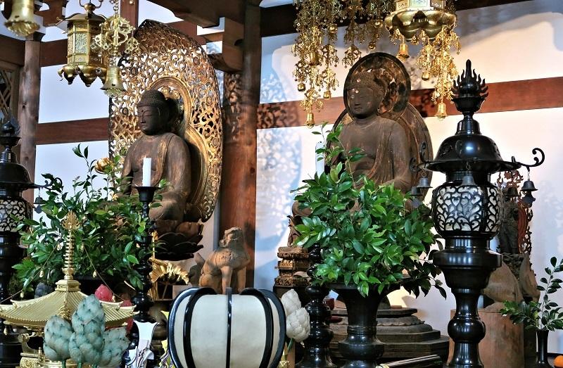 高田寺本堂に祀られる薬師如来、阿弥陀如来像
