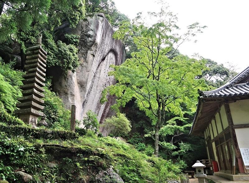 正月堂まえの巨岩に刻された笠置寺・弥勒摩崖仏