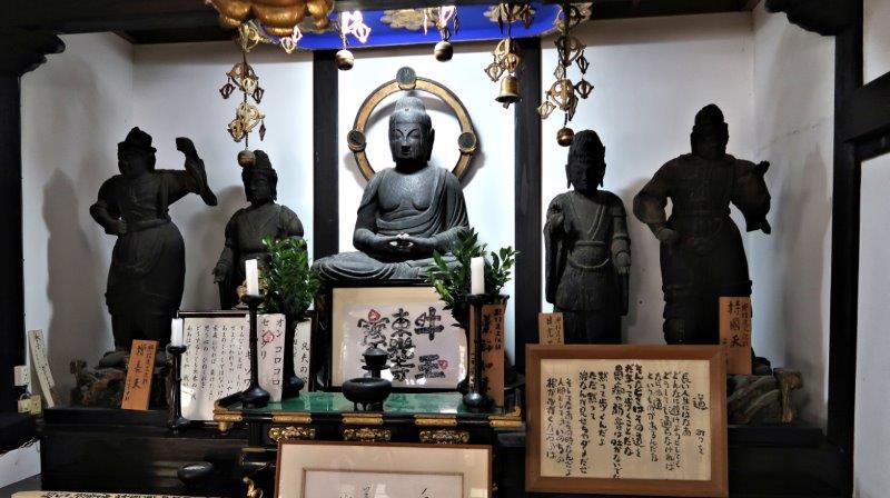 東光寺本堂脇壇に祀られる薬師如来像他の諸仏