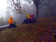 017山頂 雨の中で昼食