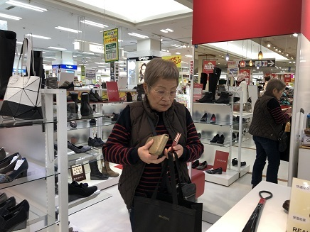 1112019 Shoes shopping S1