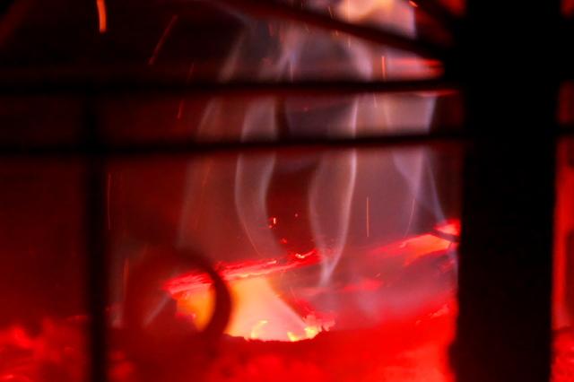 薪ストーブの美しい炎-05