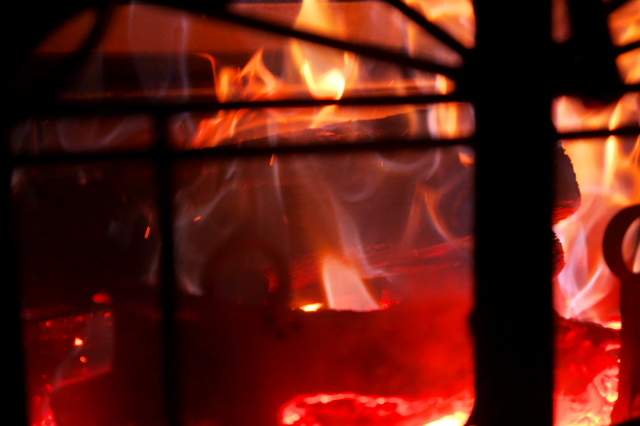 薪ストーブの美しい炎-02