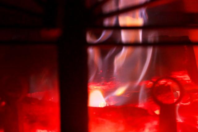薪ストーブの美しい炎-03