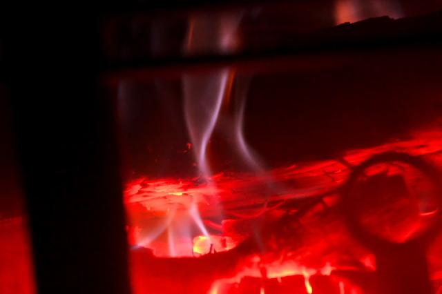 薪ストーブの美しい炎-04
