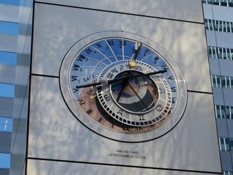 新宿アイランドパティオ広場の時計塔2
