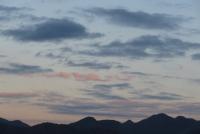 朝の西の茜雲