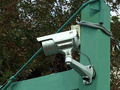 IMG_181120_2314 住宅地の粗ゴミ置き場に設置されていた防犯カメラ2基(右)_VGA