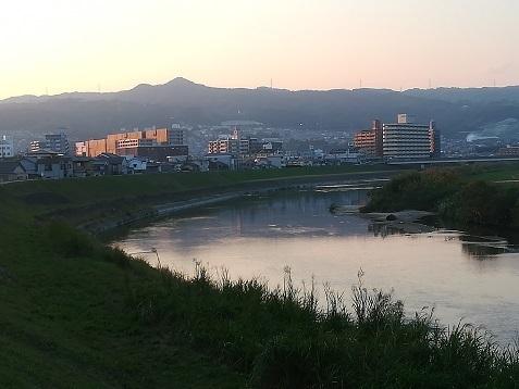 7 大和川から信貴山を望む