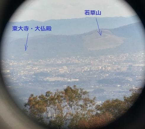 11 奈良・若草山 双眼鏡の画像をスマートフォンで撮影