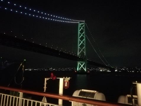 11 明石海峡大橋の下をくぐる