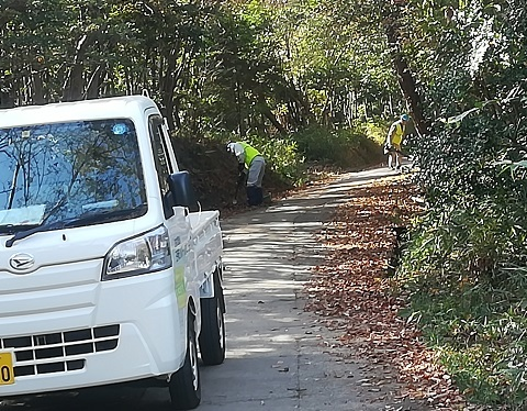 2 登山道の溝を掃除していた