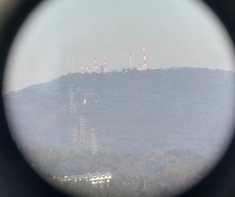6 双眼鏡の画像をスマートフォンで撮影 生駒山