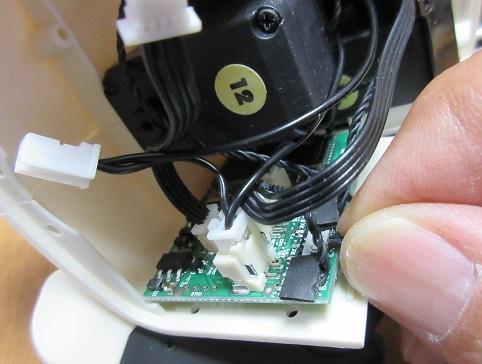 17 左肩のサーボケーブルをマイコンボードに接続する