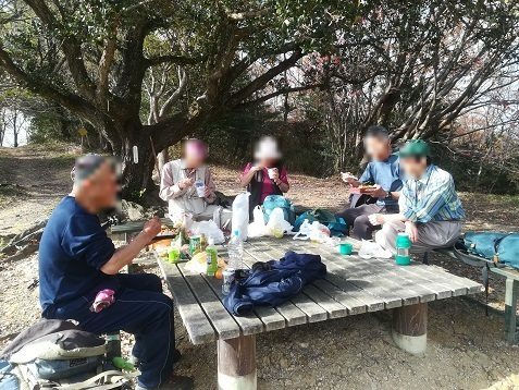 16 青少年広場で昼食