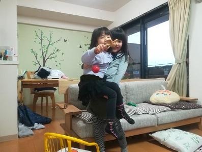 8 お姉ちゃんが妹を抱っこして遊ぶ
