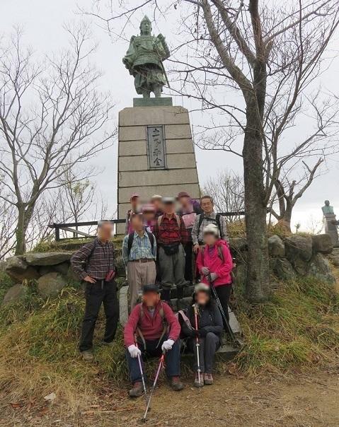 12 小楠公像(楠木正成の子、楠木正行)の前にて全員集合