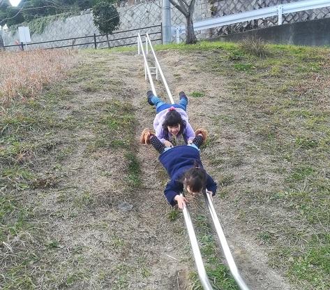 2 滑りレールを頭から滑り降りる