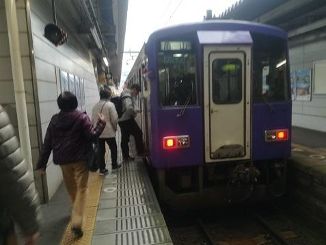 2 加茂駅ホームで、亀山行きへ乗り換え