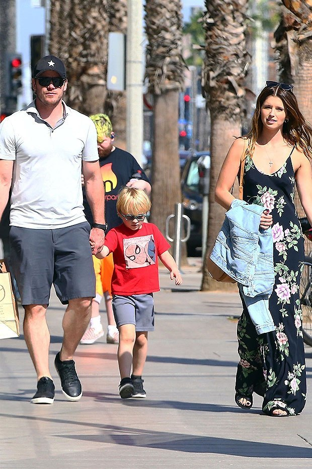 chris-pratt-enjoys-day-out-with-katherine-schwarzenegger-his-son-bg-ebd.jpg