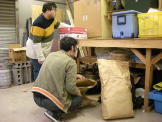 倉庫に積んである資材を整理