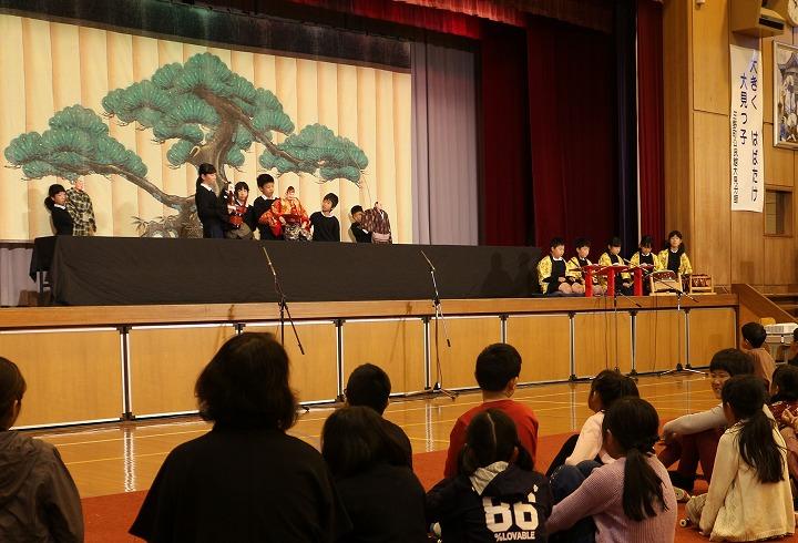 小学生も前のほうに並んで客席に 30 11 11