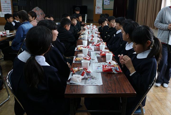 えびす舞を演じた5年生と反省会 30 11 27