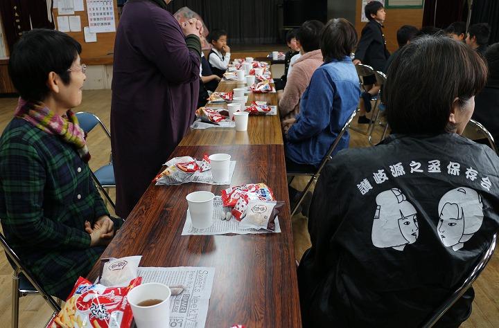えびす舞を演じた5年生と茶話会 30 11 27