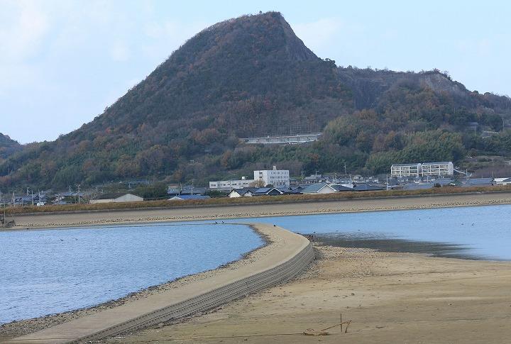 正面に見える山が爺神山 30 12 19