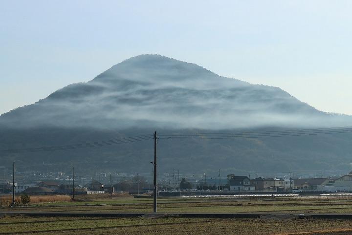 火上げ山の上半分が雲に覆われて 31 1 30