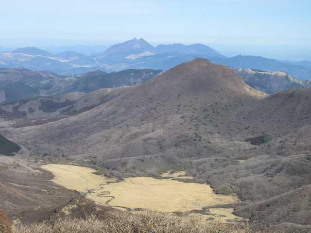 IMG0070JPG中岳より坊ケツルと平治岳由布も