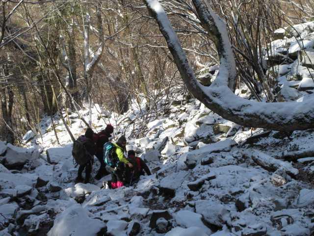 IMG0021JPG滝を後にする登山者