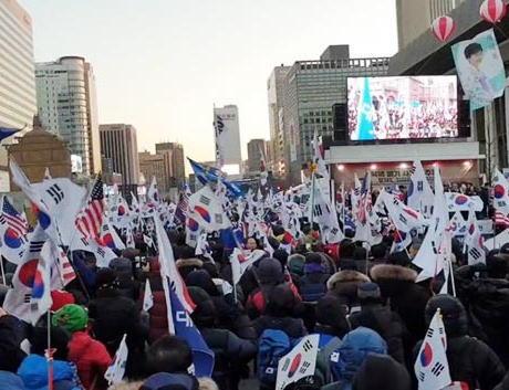ソウルで1万3000人以上が文在寅政権の退陣を要求するデモ … 「韓米同盟を破壊する文在寅は北朝鮮に行け」「朴槿恵前大統領を直ちに釈放せよ」