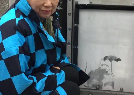 世界的に著名なストリートアーティストのバンクシー、東京に出現か? … 東京都港区の防潮扉でバンクシーの作品に似た絵が見つかり、都が描かれた部分の取り外し倉庫に保管