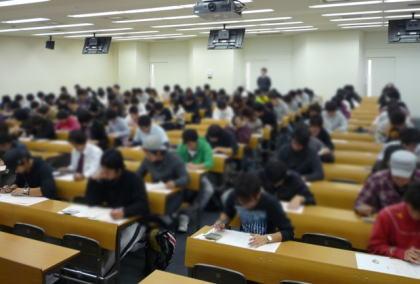 試験開始15分後からトイレを我慢していた男性、30分過ぎにトイレへ→ 試験会場に再入室できず不合格→ 男性「試験中のトイレで一時退室できないのは不合理だ」と訴える→ 東京地裁、訴えを退ける