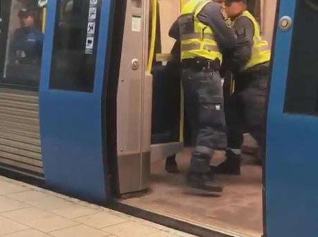 電車内の妊婦が警備員に引きずり下ろされる動画がSNS上で波紋 … 妊婦の女性がチケット提示せず支払いを拒否、暴れはじめたので警備員が拘束 - スウェーデン