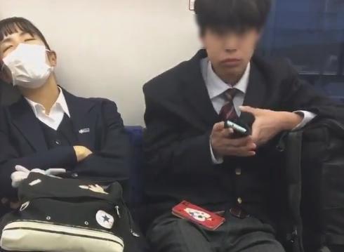 挙動不審な男子高校生が、東武東上線の電車内で寝ている女子高生の隣に座りスマホを抜き取る瞬間の動画がTwitterへアップされてしまう(動画)