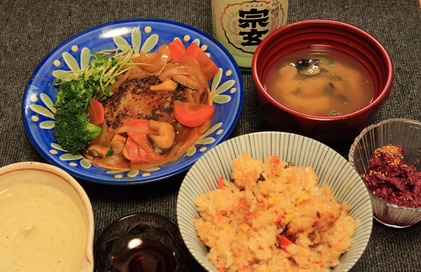ブログ 鳥、シメジご飯と煮込みハンバーグの夕食.jpg