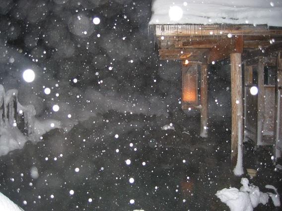 ブログ 露天に降る雪.jpg