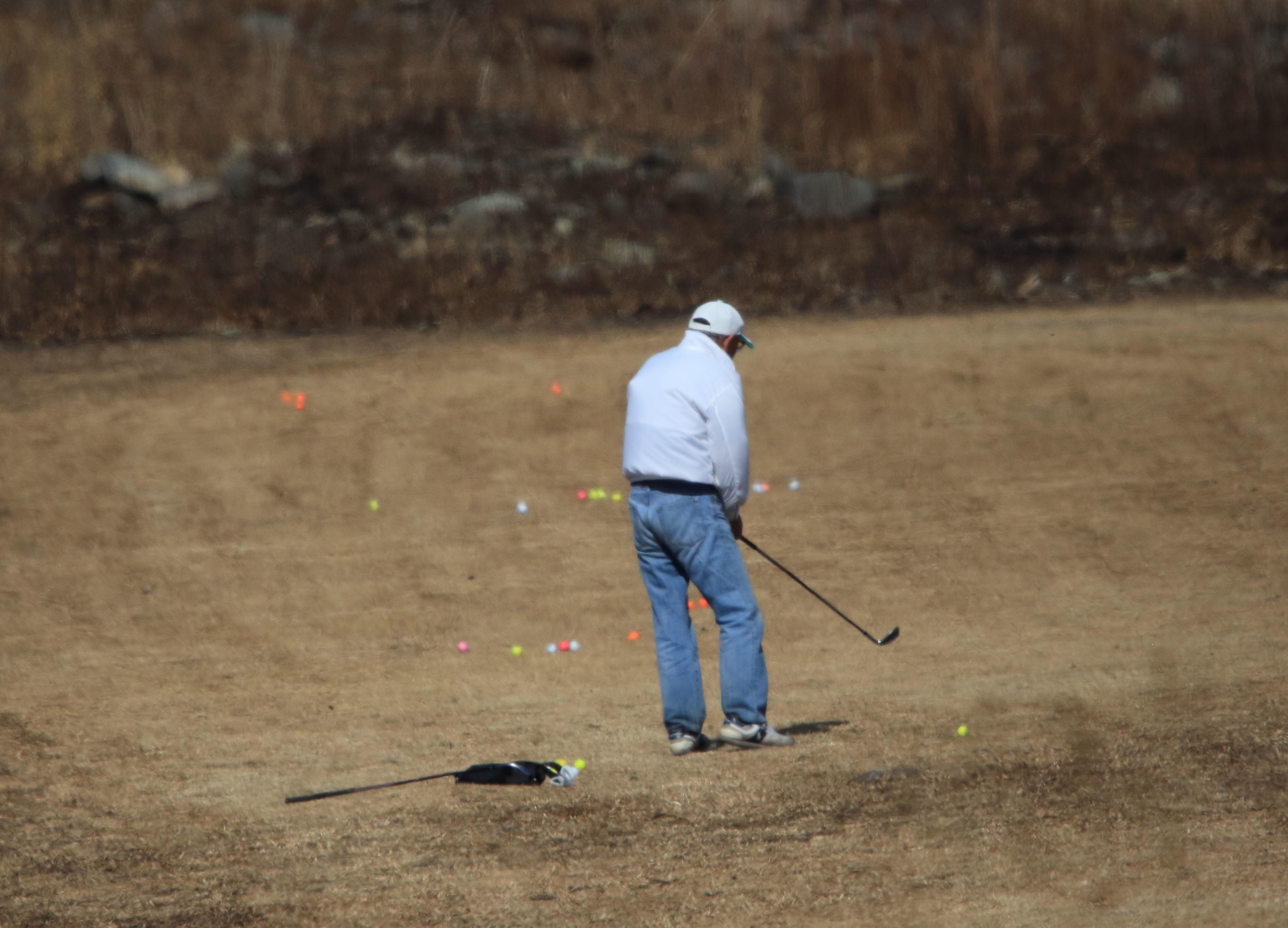 河原でゴルフ練習中.JPG