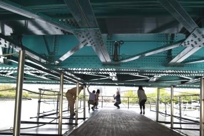 橋桁スレスレです