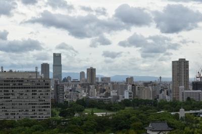 大阪天守閣から望むあべのハルカスと通天閣