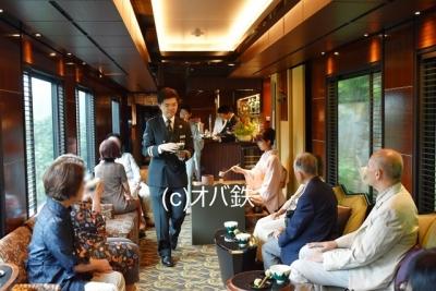 列車長さんがお茶を運ぶ  瑞風