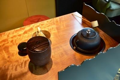 茶の卓に真形釜