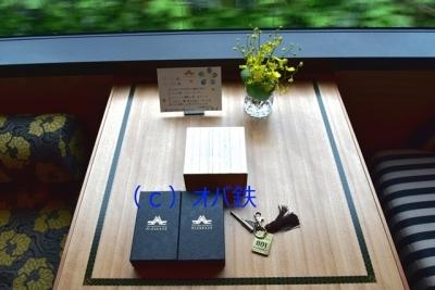 テーブルの上にメッセージカードと記念のタグ 瑞風