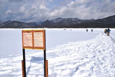 氷結した糠平湖を横断する